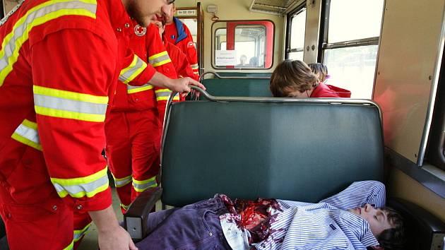 Podle scénáře došlo k železničnímu neštěstí. Hasiči a zdravotníci Českého červeného kříže se pod dohledem krajských záchrannářů snažili klasifikovat raněné podle systému START (Snadné Třídění A Rychlá Terapie).