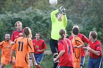 Fotbalisté Rychnova doma nestačili na Josefův Důl (v oranžovém) a prohráli 1:2.