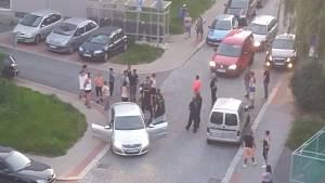 Tři desítky lidí se popraly v Jablonci nad Nisou. Mlátili se obušky i paralyzéry