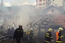U sobotního požáru dřevěných kůlen v Železném Brodě zasahovalo osm jednotek hasičů. Požár založily děti.