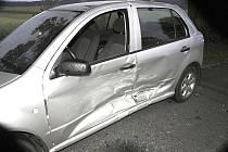 Do pravé strany Škoda Fabie autoškoly narazil řidič Volkswagenu, který nezvládl jízdu na mokré vozovce.