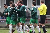 Velké Hamry v domácím utkání zdolaly Višňovou (v pruhovaném) 1:0.