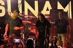 Na Letní scénu v Jablonci se přivalila TSUNAMI. Koncertovala zde kapela Divokej Bill na své jedné zastávce při letošním Lobkowicz Tour. Nabitý otevřený amfiteátr pojmul na 1700 fanoušků této skupiny.