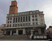 Ještě letos by měla zmizet současná šedá barva fasády, nahradí ji probarvená břízolitová škrábaná vrstva a štuky na ostěních oken i říms. V létě by měla být otevřena i věž radnice jakožto oblíbený turistický cíl přespolních i místních.