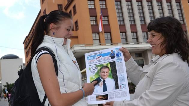 """PRIMÁTOR PETR BEITL JE NEJLEPŠÍ... tak zaznělo na Pražském hradě. Ale znají svého primátora Jablonečané? Udělali jsme si test a s jeho fotografií vyrazili do ulic. Otázka zněla jasně: """"Víte, kdo to je a jak se jmenuje?""""  Jak myslíte, že to dopadlo?"""