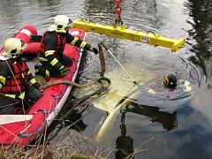 Hasiči tahali na břeh potopené auto v Jizeře u obce Přepeře nedaleko Turnova.