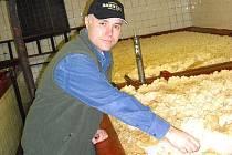 ROHOZECKÝ PIVOVAR ZÍSKAL LETOS 1. A 3. MÍSTO V SOUTĚŽI PIVO ČESKÉ REPUBLIKY. Na snímku ředitel Pivovaru Rohozec František Jungmann ve výrobním provozu.