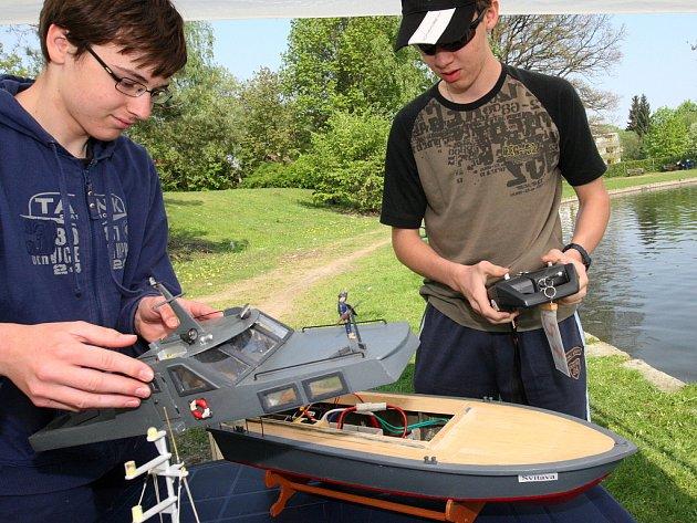 """Na prvního máje se na novoveském koupališti sešli mladí modeláři lodí, aby si vyzkoušeli svá """"umělecká díla"""" v oblastní postupové soutěži žáků."""