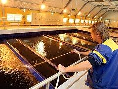 Úpravna vody na Souši, která prošla nákladnou modernizací, zásobuje pitnou vodou celé Jablonecko, část Liberecka a do budoucna i Harrachova. Na snímku mistr provozu Luboš Pelikán.