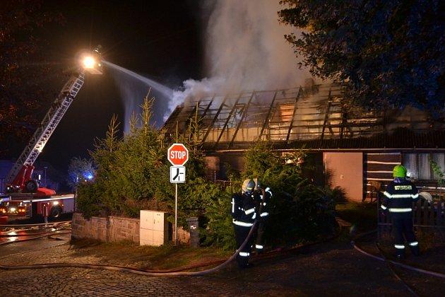 Požár zasáhl rodinný dům vLibštátu, způsobil škodu 600.000korun.