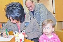 Zápis do mateřské školky, u zápisu rodina Kotšmídových s dcerou Kateřinou