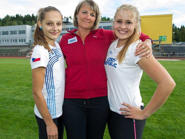 Na archivném snímku vlevo Tereza Vokálová, vpravo vrhačka Lada Cermanová. Uprostřed trenérka Jandová.