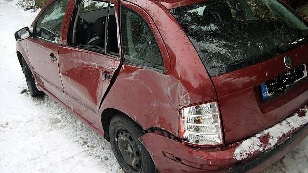 ŘIDIČ ŠKODY FABIE NEMĚL ŠANCI UHNOUT. Protijedoucí řidič renaultu jel v zatáčce u středu silnice.