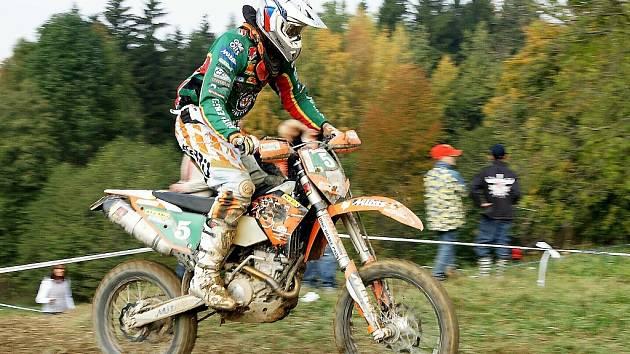 UFO ENDURO CROSS COUNTRY Bozkov 2008. Milan Engel z Motoklubu Jiřetín zvítězil v celkovém hodnocení  mezi jezdci s licencemi.