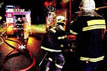 Hasiči zasahovali u požáru chaty, která začala hořet po zásahu bleskem.