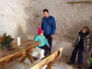 U rozhledny Královka v Janově nad Nisou vyrostlo obří iglú. Sněhu je letos dostatek a tak zdejší majitel hotelu s rozhlednou připravil venkovní  netradiční stánkové občerstvení pohodlně. Směřoval jeho stavbu k datu konání Jizerské padesátky.