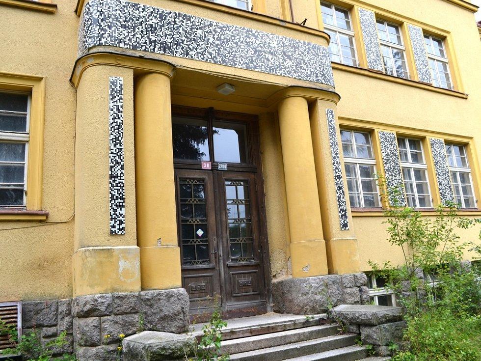 Budova bývalé jablonecké porodnice. Patří Libereckému kraji, který by se ji rád zbavil. Uvažoval i o prodeji, nyní svou proklamaci hejtman dementoval.