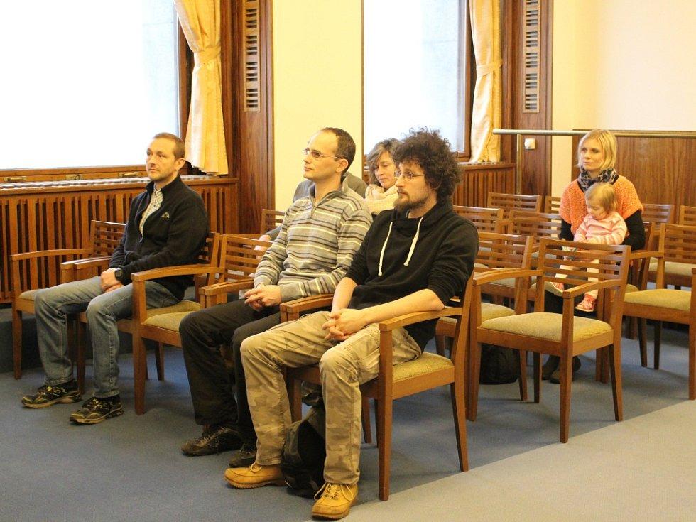 Dobrovolní dárci krve za 20 a 40 odběrů z Jablonecka převzali své ocenění v obřadní síni na jablonecké radnici z rukou čestného předsednictva v čele s primátorem Petrem Beitlem.