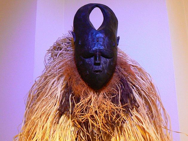 Nová výstava se na první pohled vymyká z tradičního okruhu výstav Muzea skla a bižuterie v Jablonci, tento pohled je zdánlivý – mnoho rituálních předmětů a ozdob používaných šamany a čaroději v různých světadílech vzniklo za použití perliček.