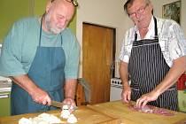 Speciality myslivecké kuchyně připravují myslivci Jaroslav Kočárek a Petr Hartman podle vlastních receptů.