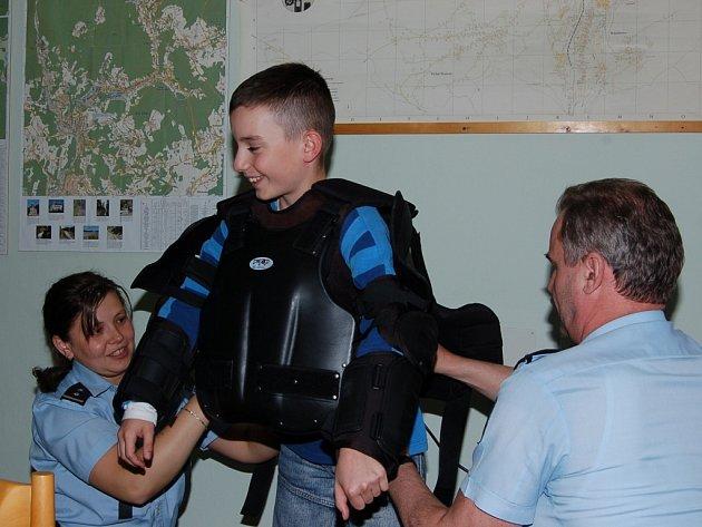 Vybavení těžkooděnce si vyzkoušel Pavel Glaser. Pomoci s oblečením výstroje mu ovšem museli pomoci policisté.