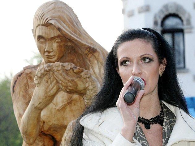 Aukce soch v Desné na Sympoziu 2008. Výtěž dostane Nadace pro záchranu a obnovu Jizerských hor. Moderátorka Michaela Jadrná a Dívka z hor.