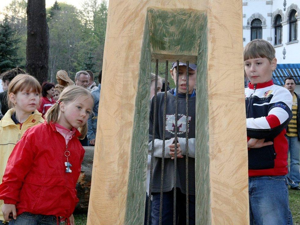 Aukce soch v Desné na Sympoziu 2008. Výtěž dostane Nadace pro záchranu a obnovu Jizerských hor. Strážci Jizerských hor, autor Karel Hajn.