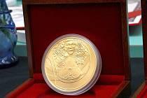 Loni vyrazila Česká mincovna investiční zlaté medaile.