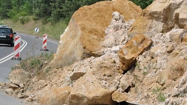 Sesuv půdy na silnici - ilustrační snímek