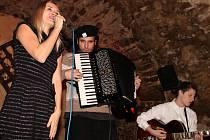 Ilustrační snímek - československá kapela Voila!, jež hraje francouzské písničky