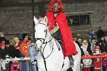 Mikulášský večírek připravují členové jezdeckého oddllu TJ Nisa na jízdárně. Před příchodem Mikuláše předvedli mladí jezdci divákům své umění na koních. Akce se koná ještě v sobotu od 16 hodin.