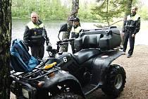 KURIÓZNÍ PŘÍPAD řešili strážnici, profesionální hasiči, policie a pracovníci životního prostředí. Řidič čtyřkolky, který byl jako předjezdec cyklistického závodu, nezvládl otáčení na úzkém úseku kolem druhé jablonecké přehrady a stroj se zřítil do vody.