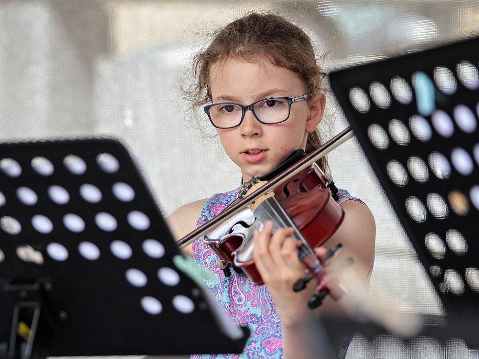 Koncert smyčcových souborů Violka a Archi di Mela a kytarového souboru Euridyka ze ZUŠ Jablonec n. N. proběhl 21. června na tamním Mírovém náměstí v rámci projektu Jablonec nad Nisou, město plné tónů.
