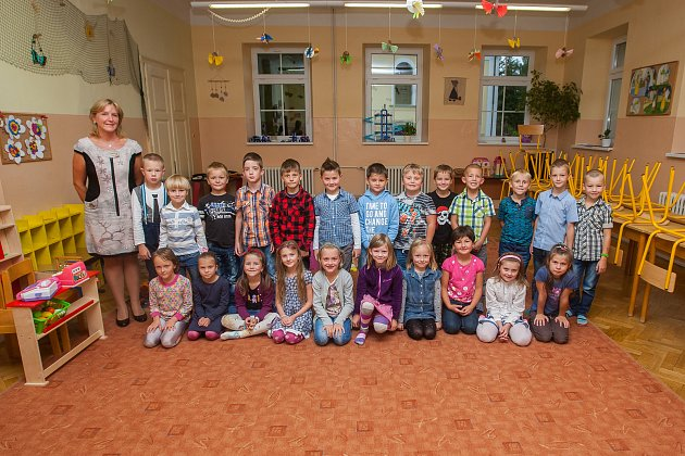 Prvňáci ze základní školy Jablonec nad Nisou - Rýnovice se fotili 14.září do projektu Naši prvňáci. Na snímku je snimi třídní učitelka Lenka Chaloupková.