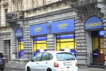 Kasino na Pražské u kruhového objezdu. Co se děje za zavřenými dveřmi? Chcete vstoupit? Zazvoňte!