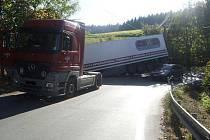 V zatáčce na silnici před Lukášovem ve směru od Liberce se z kamionu uvolnil návěs.