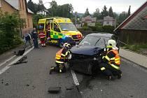 Zásah hasičů a záchranářů při ranní nehodě.