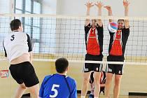 Volejbalisté Bižuterie hráli v Modřanech smírně. Jednou vyhráli 3:0, pak prohráli 1:3.