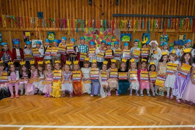 Slavnost slabikáře, tradiční slavnost nových prvňáčků, proběhla 14.listopadu na Základní Škole Liberecká vJablonci nad Nisou. Na snímku jsou prvňáci z1. Aa třídní učitelka Veronika Bláhová.