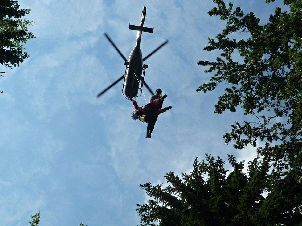 Paraglidista uvízl na stromě pod Kozákovem.