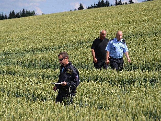Kruhy vobilí uKopaniny. Ve středu odpoledne už na místo přijela policie a také ředitel společnosti Kokonská Zemědělská Luděk Tomíček, jde opodezření ztrestného činu poškozování cizí věci.