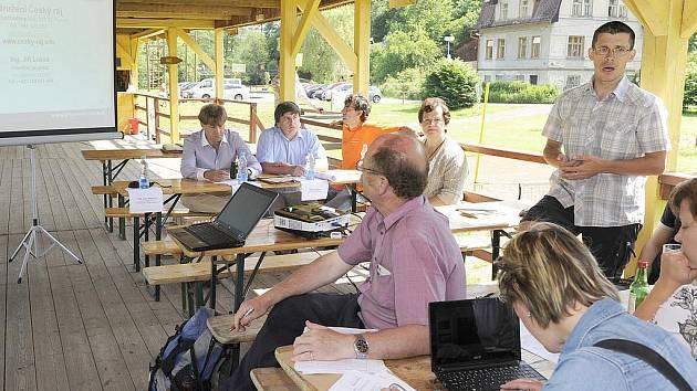 Tisková konference na Žluté plovárně na Malé Skále. Stojící Jiří Lukeš, manažer Greenway Jizera.