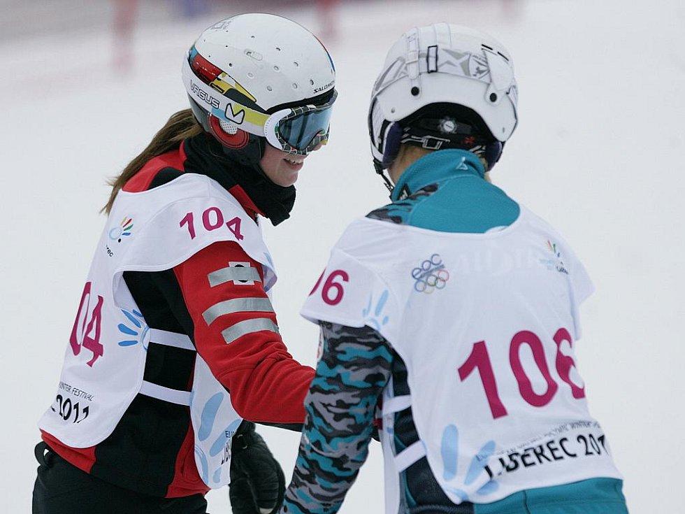 Ve skiareálu Rejdice vyhrála v paralelním obřím slalomu na snowboardu na evropské olympiádě mládeže EYOWF 2011 Ester Ledecká.  Na snímku přijímá gratulaci od poražené finalistky Tanjy Bruggerové z Rakouska.
