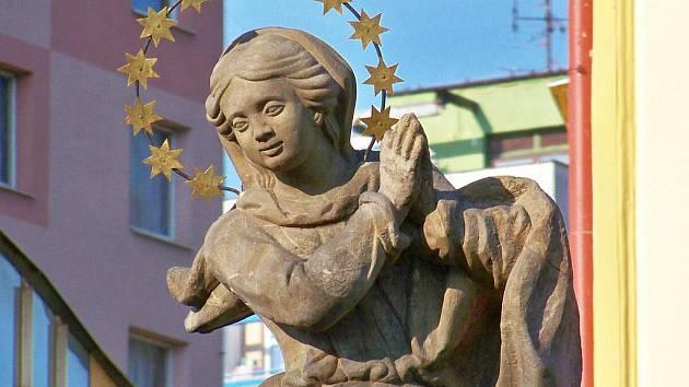 Deatil hlavy sochy panny Marie Immaculaty na kašně v Železném Brodě.