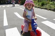Děti z Mateřského centra Jablíčko si vyzkoušeli jízdu na na odstrkovadlech nebo koloběžkách na jabloneckém dopravním hřišti