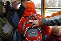 BATOH NA ZÁDECH SE NEMUSÍ VYPLATIT. To zjistila i žena, kterou v pátek v autobuse okradl kapsář. Kvůli nedostatečné opatrnosti přišla o tři tisíce korun a také osobní doklady.