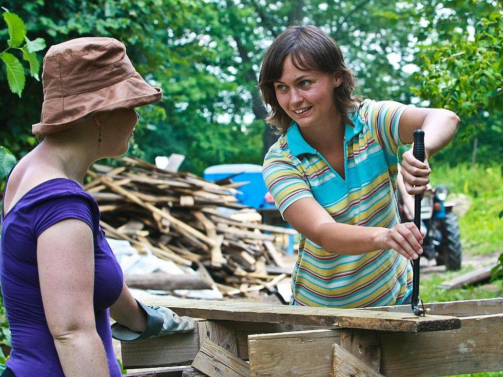 Dobrovolníci ze zahraničí pomáhají s obnovou hradu Grabštejn. Letos je na pořadu hlavně práce na obnově zanedbaných zahrad. Účastníci jsou z Jižní Koreje, Turecka, Srbska, Španělska, Francie a Hongkongu. Na snímku Martina Drašarová.