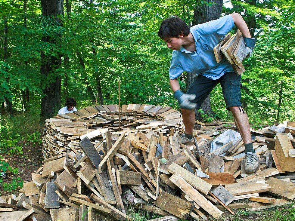 Dobrovolníci ze zahraničí pomáhají s obnovou hradu Grabštejn. Letos je na pořadu hlavně práce na obnově zanedbaných zahrad. Účastníci jsou z Jižní Koreje, Turecka, Srbska, Španělska, Francie a Hongkongu.