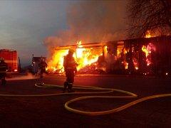 Požár části zemědělské farmy ve Bzí u Železného Brodu