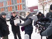 ŠTÁB JIFIS natáčel klíčové scény k filmu Lhostejnost v neděli v mrazivém počasí. Hlavní scény se odehrávaly na náměstí Dr. Farského v Jablonci. Film pro Febiofest musí být za dva týdnu hotov. Žena, o níž film vypráví, zemřela v Liberci na Fügnerově ulici.